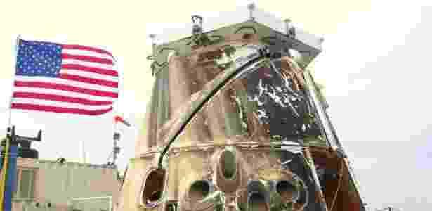 1º.jun.2012  - Imagem mostra a cápsula de carga não-tripulada Dragon, da Space Exploration Technologies (Space X), em um barco, após ser retirada do Oceano Pacífico, próximo à Califórnia (EUA) - SpaceX/Reuters