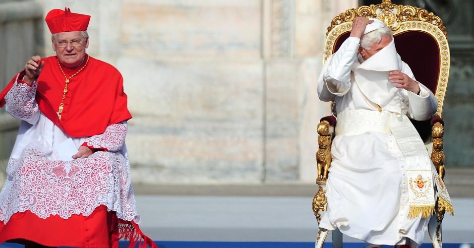 1º.jun.2012 - Papa Bento 16 luta contra o vento, ao lado do arcebispo de Milão, cardeal Angelo Scola, em frente à catedral de Milão, na Itália, nesta sexta-feira (1º)