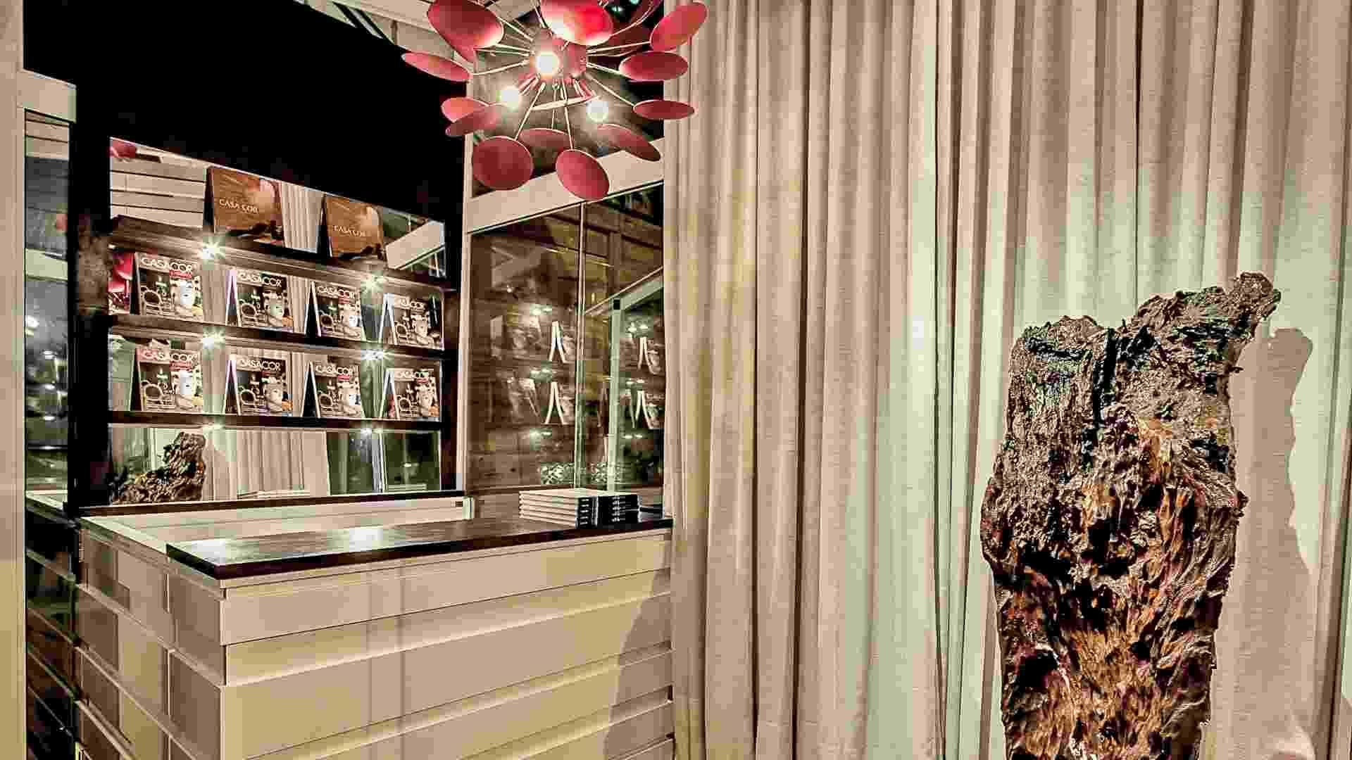 A arquiteta Gisela Ribeiro projetou dos 13m² da Bilheteria da Casa Cor PR usando vidro. Os móveis brancos  têm aplicações de espelhos e madeira - Divulgação