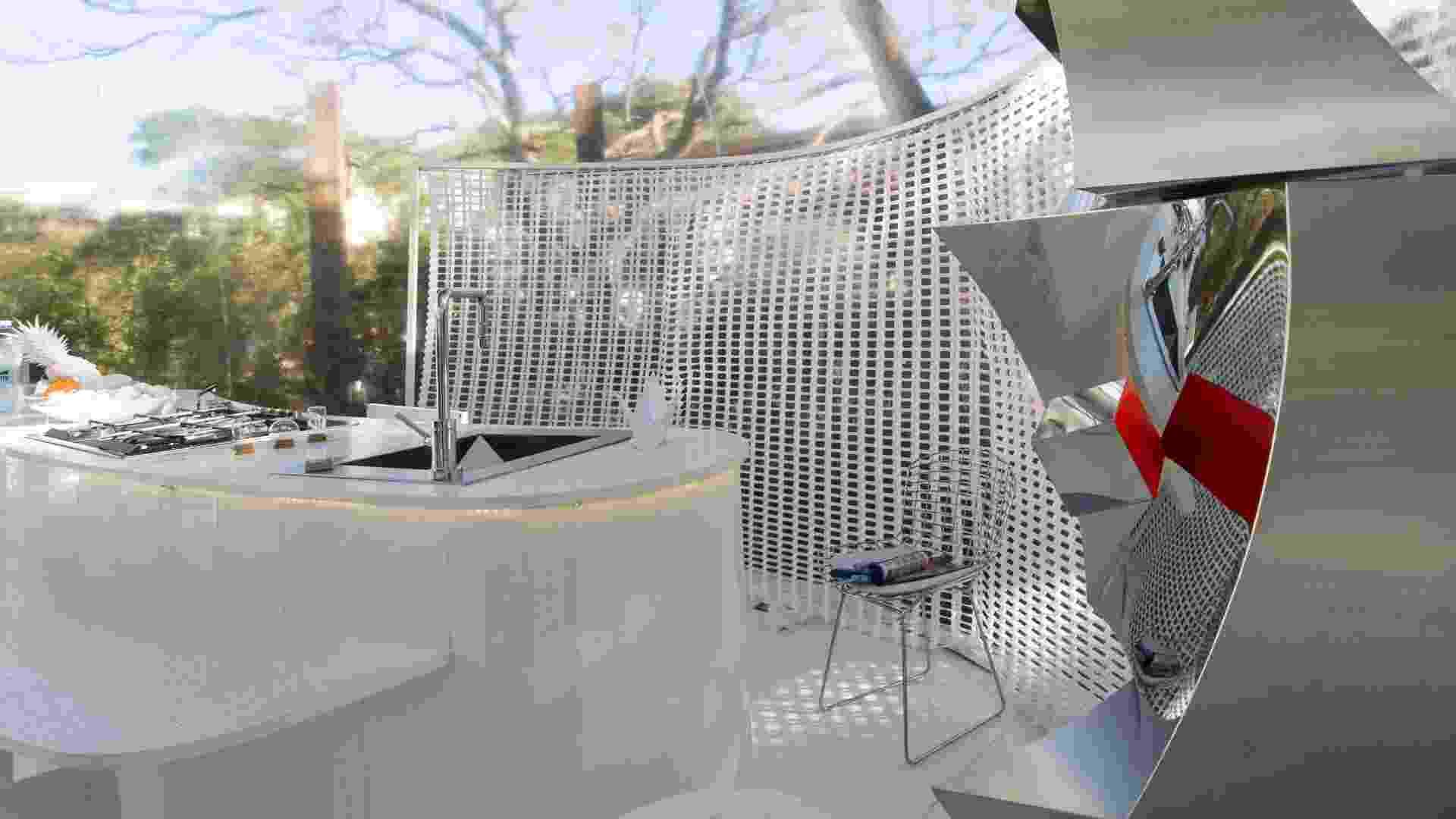 A estética dos ambientes é minimalista, com predominância do branco. O piso é feito de Nanoglass branco, as bancadas são de mármore texturizado e as cortinas recortadas a laser possibilitam a privacidade e a ambientação adaptável - Kátia Kuwabara/UOL