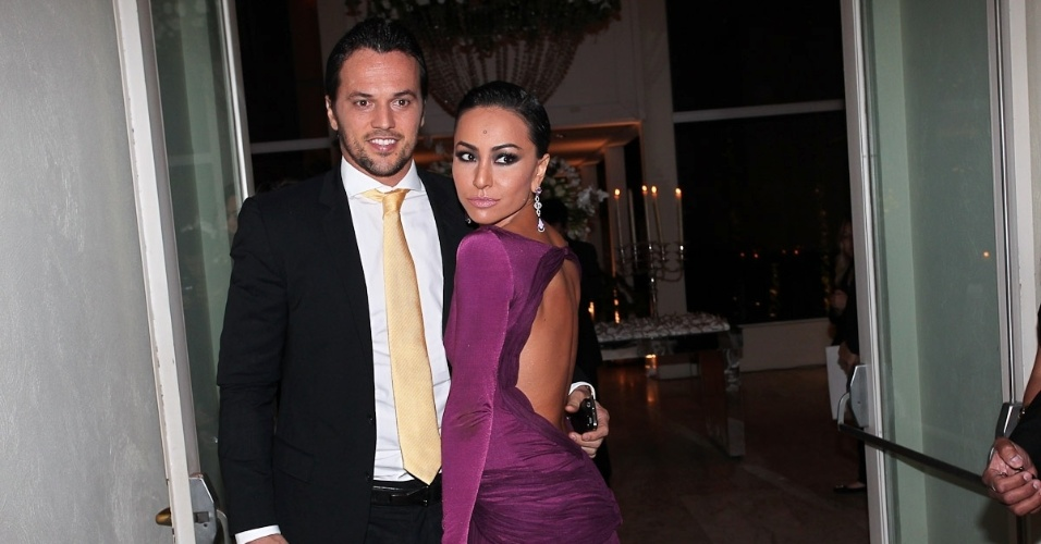 Acompanhada do namorado Fábio Faria, Sabrina Sato chega para o casamento de Mirella Santos com Ceará, em São Paulo (1/6/12). Ao UOL, Sabrina disse que quer se casar somente aos 33 anos