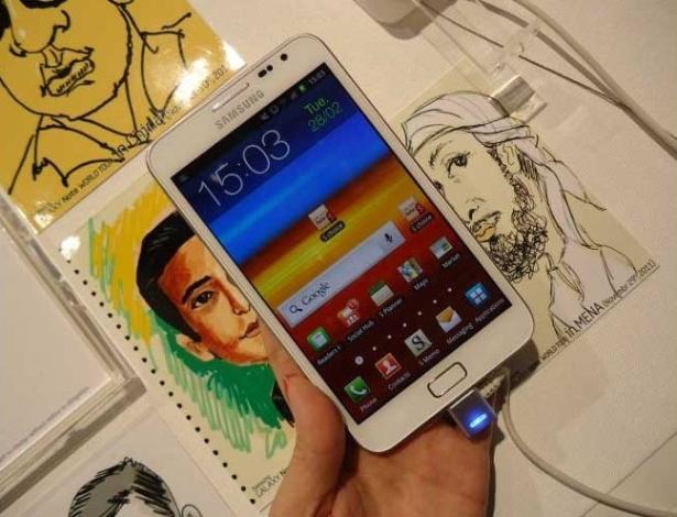 29.fev.2012 - Mais um modelo que fica entre o tablet e o smartphone, o Samsung Galaxy Note 5 (como o nome sugere, o dispositivo tem tela de 5,3 polegadas) começará a ser vendido na Europa em abril. Nos EUA, o aparelho já está nas lojas