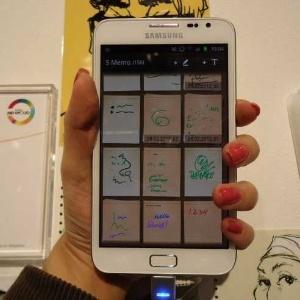 Dá para perceber, quando pegamos o Samsung Galaxy Note 5, que ele é bem maior que um smartphone comum. Tão grande que, para quem tem mão pequena (caso da repórter), não é fácil segurar
