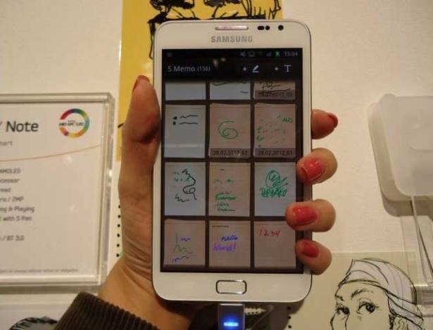 29.fev.2012 - Dá para perceber, quando pegamos o Samsung Galaxy Note 5, que ele é bem maior que um smartphone comum. Tão grande que, para quem tem mão pequena (caso da repórter), não é fácil segurar