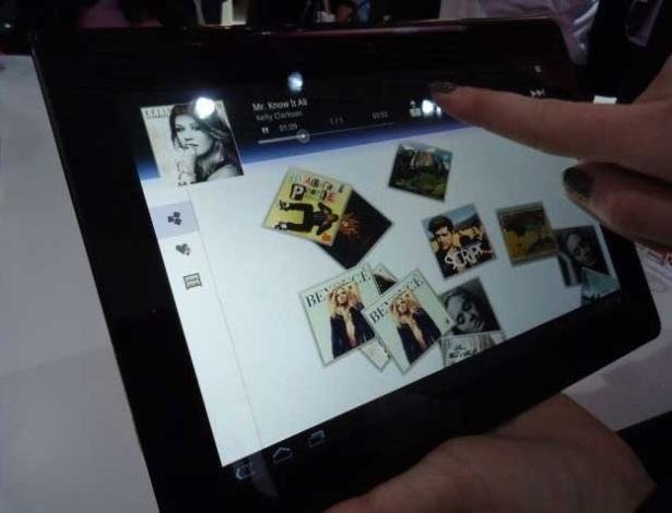29.fev.2012 - Uma das grandes características dos produtos da Sony é o design caprichado e elegante. É esse o caso do Tablet S, vendido nos Estados Unidos por US$ 100. O ultraportátil tem desempenho bom com seu processador Nvidia Tegra 2, mas ainda usa Android Honeycomb