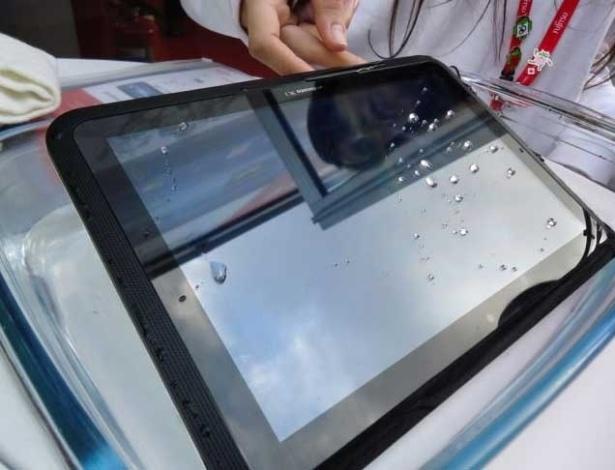 29.fev.2012 - O Arrows, da Fujitsu, funciona até embaixo d'água. Prova disso é a demonstração feita no Mobile World Congress, que usava sem cerimônias um recipiente de vidro desses que usamos na cozinha