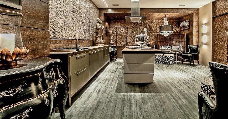 Cozinha Outdoor, assinada pelo arquiteto Eduardo Mourão, mistura madeira, cobre, poltronas clássicas e tecidos que mesclam tons de marrom e preto