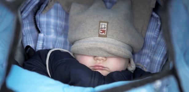 Excesso de roupas ou de cobertores provoca sudorese, o que aumenta o risco de resfriados - Thinkstock