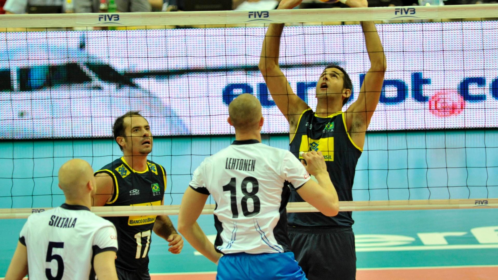 Dante faz recepção para o Brasil no jogo contra a Finlândia, em Katowice (POL), pela segunda rodada da Liga Mundial