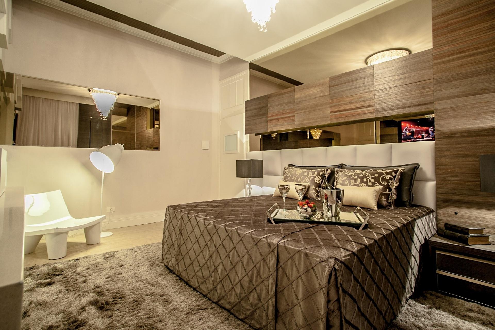 Jeslayne Valente e André Menin projetaram a Suíte do Casal. Ponto-alto do ambiente de 42m² - que engloba a suíte, um closet e um SPA - é a manutenção do forro, das portas e janelas originais do espaço