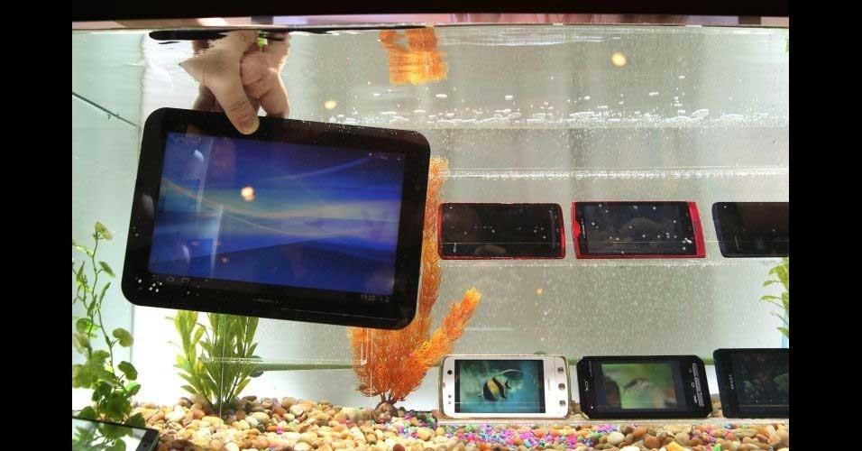 11.jan.2012 - Disponível apenas no Japão e no mercado europeu, o tablet Arrows, da Fujitsu, tem processador dual core, duas câmeras (uma frontal de 1,3 megapixels e outra traseira de 5,1 megapixels) e suporta tecnologia 4G para conexão à internet. Segundo representantes da empresa, a companhia deve lançar, em breve, o aparelho no mercado norte-americano