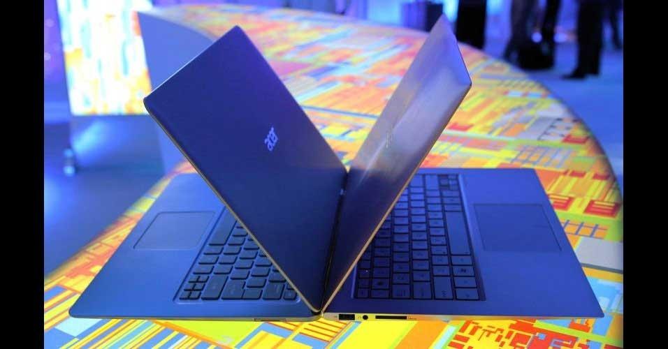 13.jan.2012 - Na imagem, o detalhe de um ultrabook da Acer S3 (esquerda) ao lado de um ultrabook da Asus (direita). Os aparelhos têm inicialização do Windows ultrarrápida, na casa dos 20 segundos