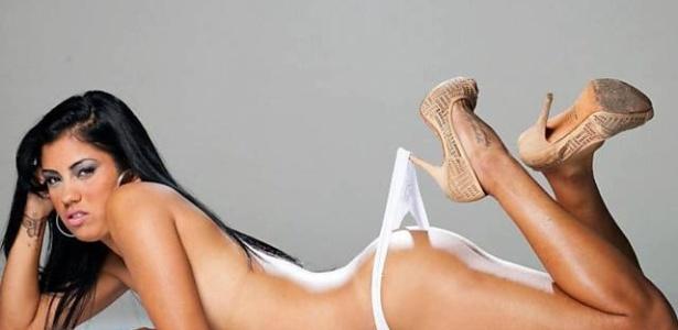 Maurine, lateral da seleção brasileira de futebol, em ensaio sensual