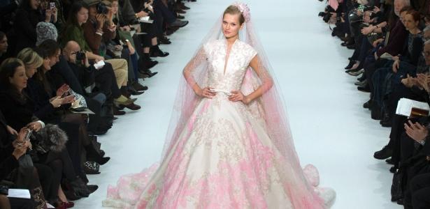 O estilista libanês Elie Saab é um dos favoritos entre as famosas internacionais. Na foto, vestido apresentado na semana de alta-costura de Paris em janeiro de 2012 - Charles Platiau/Reuters