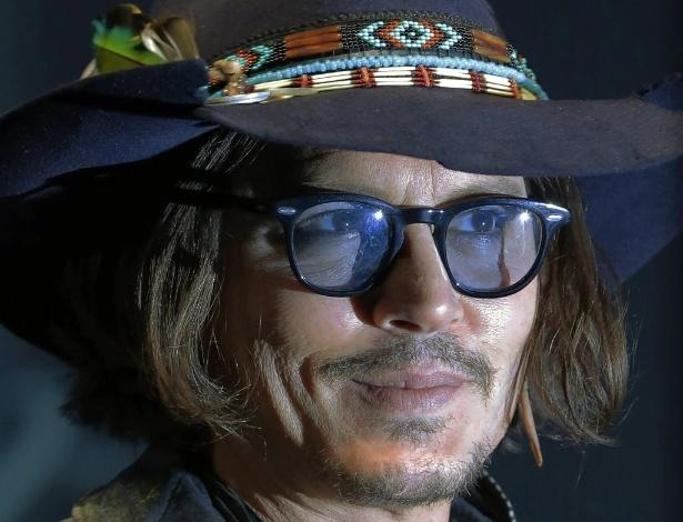 """O ator Johnny Depp posa em evento para imprensa de """"Dark Shadows"""", em Tóquio (13/5/2012)"""