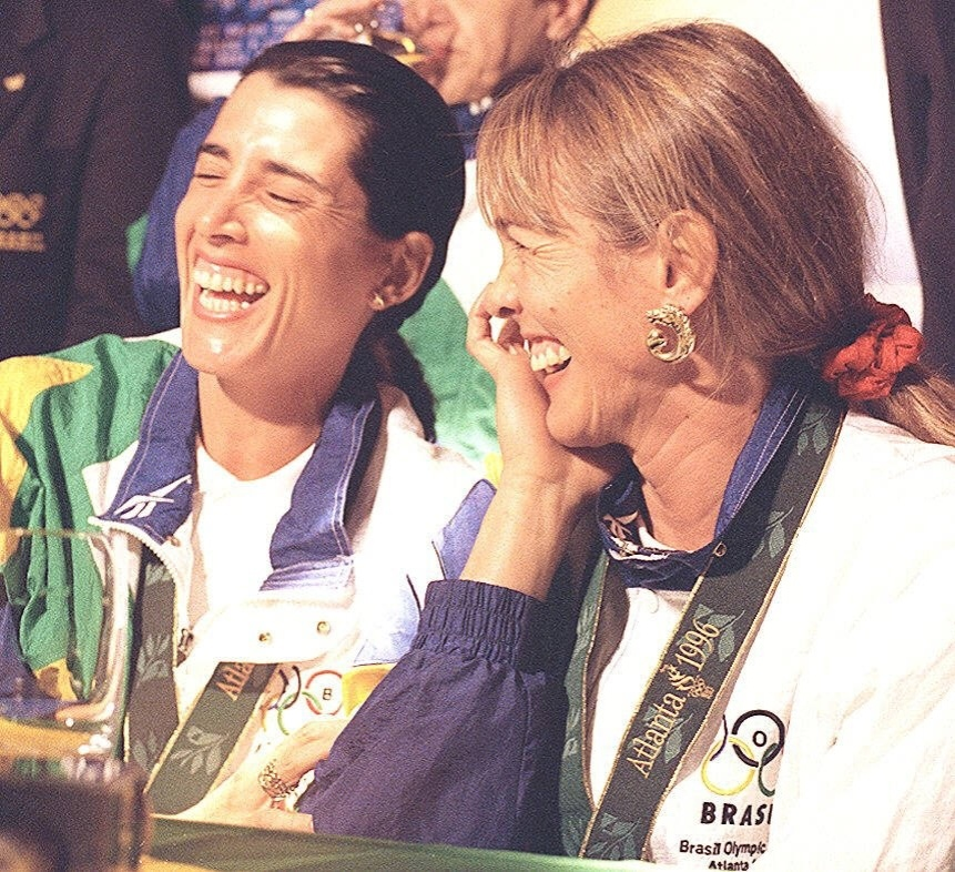 Paula (e) e Hortência sorriem em entrevista coletiva após conquistarem a medalha de prata nos Jogos Olímpicos de Atlanta-1996