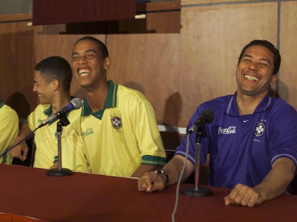 Ronaldinho gaúcho e Vanderlei Luxemburgo riem em entrevista, em 1999