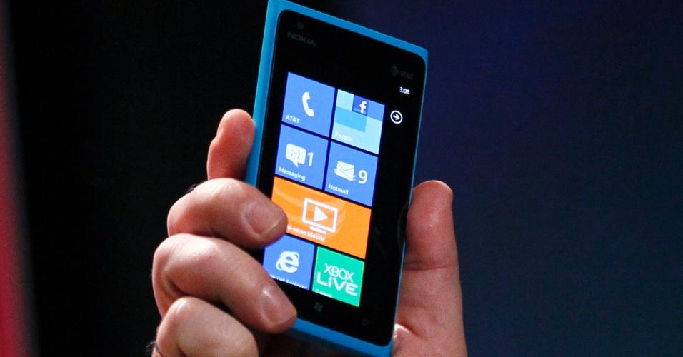 Stephen Elop, diretor-executivo da Nokia, apresenta o smartphone Lumia 900 durante a CES 2012; aparelho com o sistema Windows Phone se conecta à internet por meio de redes 4G
