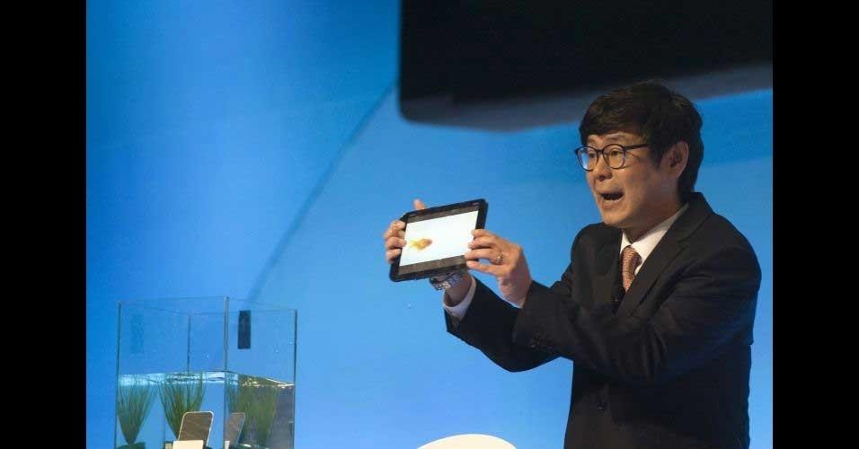 9.jan.2012 - Jay Chim, chefe de marketing da Pantech, segura o tablet Element fabricado pela marca. Segundo a companhia, o tablet, que roda o sistema Android embarcado, também é à prova d'água