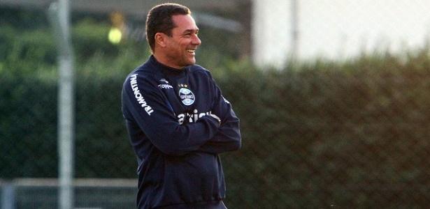 Vanderlei Luxemburgo sorri em treinamento do Grêmio no Olímpico (01/06/2012)