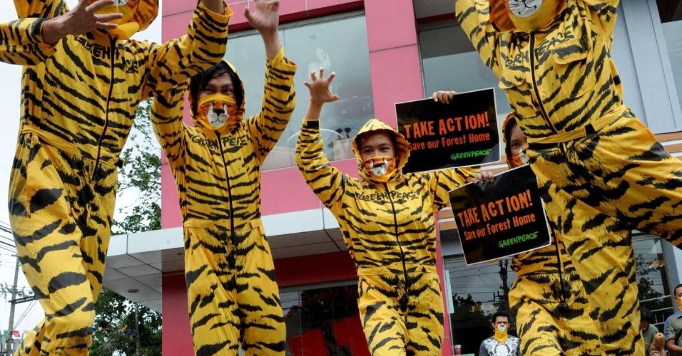 2.mai.2012 - Ativistas do Greenpeace se reunem em frente da KFC (Kentucky Fried Chicken), em Manila, nas Filipinas, para pedir que a lanchonete não contribua com o desmatamento na Indonésia, habitat natural do tigre-de-sumatra