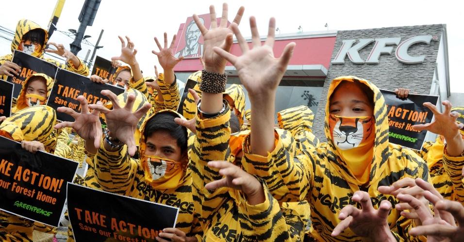 2.mai.2012 - Em protesto realizado em Manila, nas Filipinas, ativistas do Greenpeace pedem que a lanchonete KFC (Kentucky Fried Chicken) não contribua com o desmatamento na Indonésia, habitat natural do tigre-de-sumatra