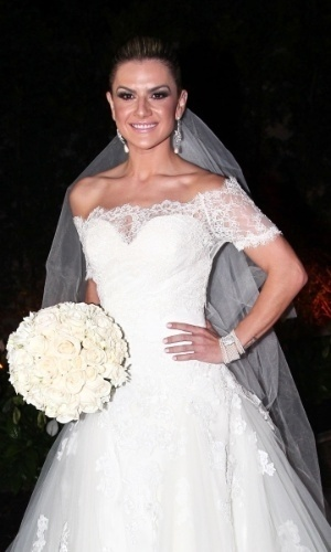 A noiva Mirella Santos chega a seu casamento com Ceará, do
