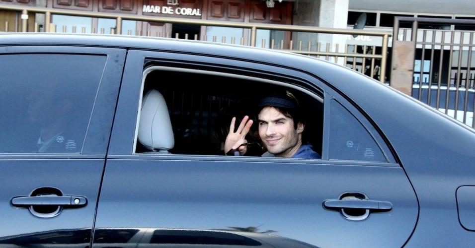 Ian Somerhalde dá tchauzinho a paparazzi dentro de carro perto da Lagoa Rodrigo de Freitas (2/6/12)