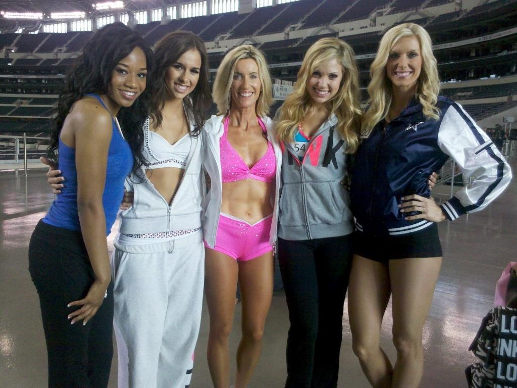 Sharon Simmons em meio a jovens garotas candidatas a cheerleader do Dallas Cowboys