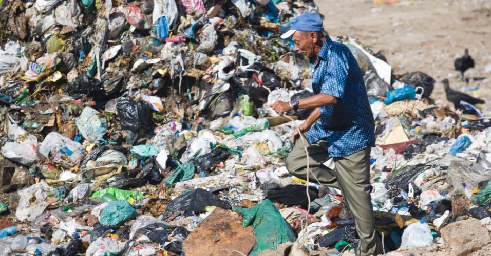 2.jun.2012 - Durante mais de três décadas, o lixão em de Duque de Caxias, às margens da Baía de Guanabara, recebeu o despejo de lixo urbano, químico hospitalar e industrial das cerca de 200 fábricas que compõem o polo industrial da Baixada Fluminense