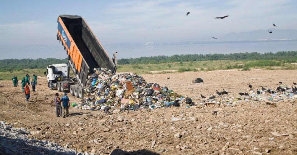 2.jun.2012 - Um dos últimos caminhões de lixo chegam ao lixão de Gramacho (RJ). Durante mais de três décadas, o lixão em de Duque de Caxias, às margens da Baía de Guanabara, recebeu o despejo de lixo urbano, químico hospitalar e industrial das cerca de 200 fábricas que compõem o polo industrial da Baixada Fluminense