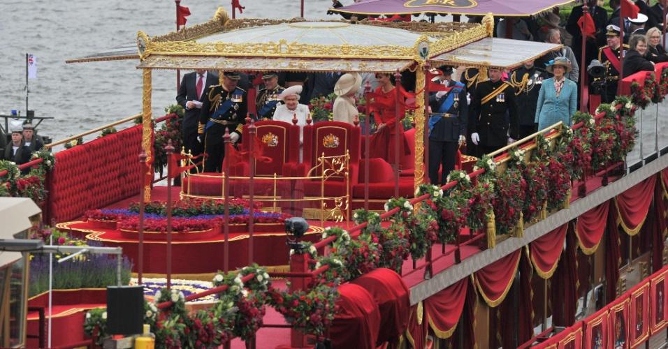 3.jun.2012 - Barco real conduz desfile de 1.000 no rio Tamisa, em Londres,no segundo dia de homenagens ao Jubileu de Diamante da rainha Elizabeth 2ª