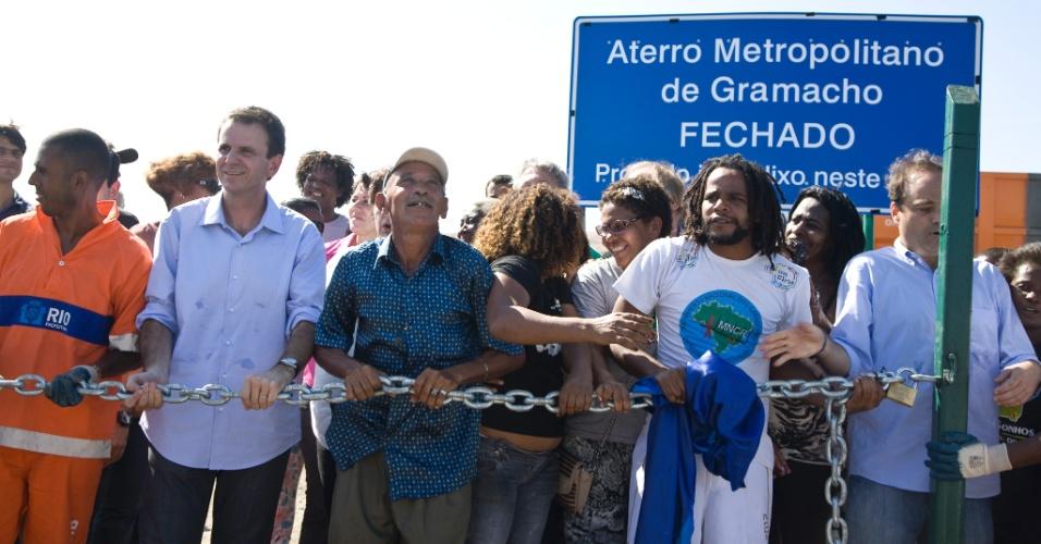 3.jun.2012 -  O prefeito do Rio de Janeiro, Eduardo Paes, participa do fechamento do lixão de Gramacho