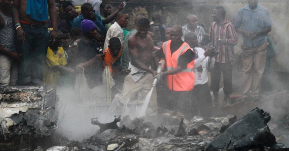 3.jun.2012 - Queda de avião com 153 pessoas a bordo prova estragos no bairro de Lagos, capital econômica da Nigéria