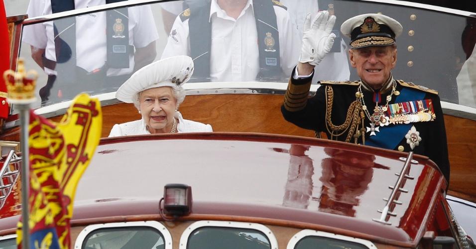 3.jun.2012 - Rainha Elizabeth e o príncipe Philip lideram desfile de 1.000 no rio Tamisa, em Londres,no segundo dia de homenagens ao Jubileu de Diamante da monarca