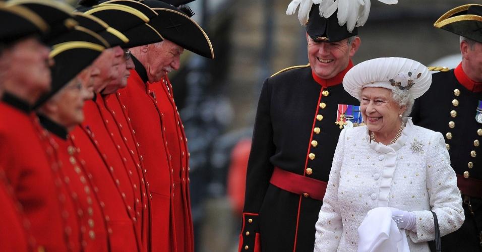 3.jun.2012 -Rainha Elizabeth é saudada por oficiais durante sua chegada ao Pier Chelsea para início do desfile de aproximadamente 1.000 barcos no rio Tâmisa, em Londres, no segundo dia de homenagens ao Jubileu de Diamante da rainha Elizabeth 2ª