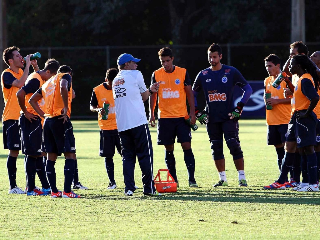 Celso Roth orienta o grupo de jogadores do Cruzeiro na Toca da Raposa II (31/5/2012)