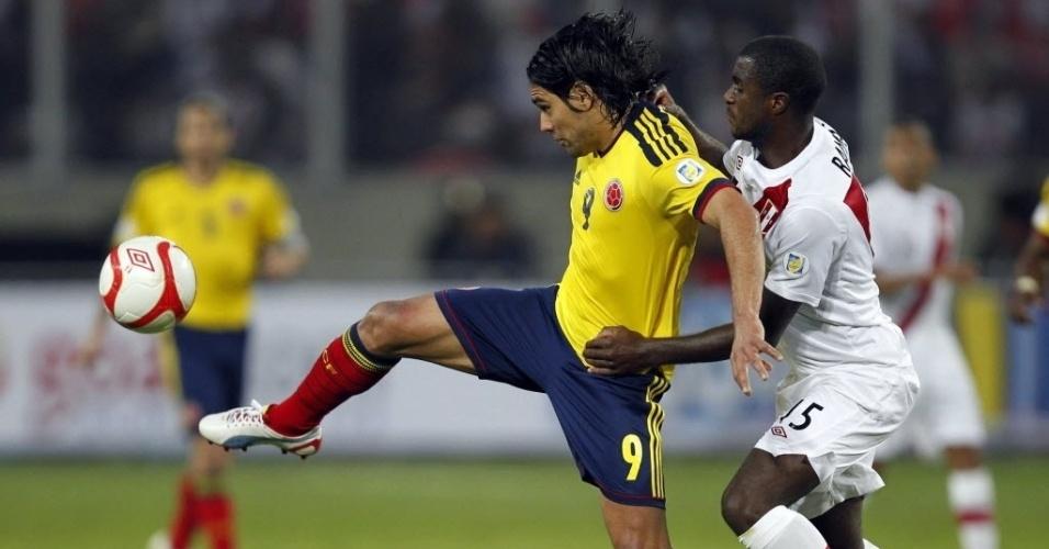 Craque do Atlético de Madri, o colombiano Falcão García sofre forte marcação de Christian Ramos, do Peru