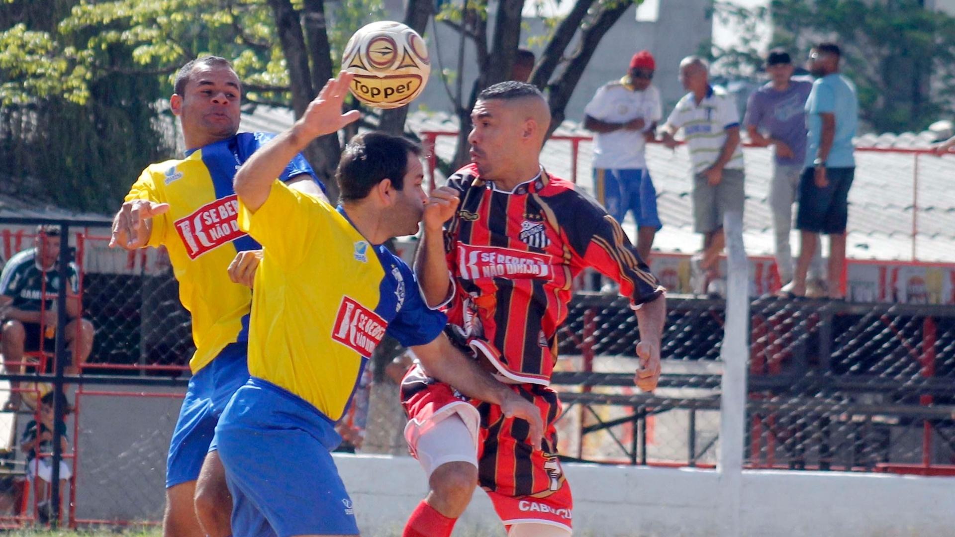 Dispuata de bola acirrada no jogo entre Mocidade Cabuçu (vermelho) 2 X 1 Só Embaça (azul)