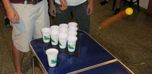 BeerPong: objetivo é acertar a bolinha dentro dos copos do rival