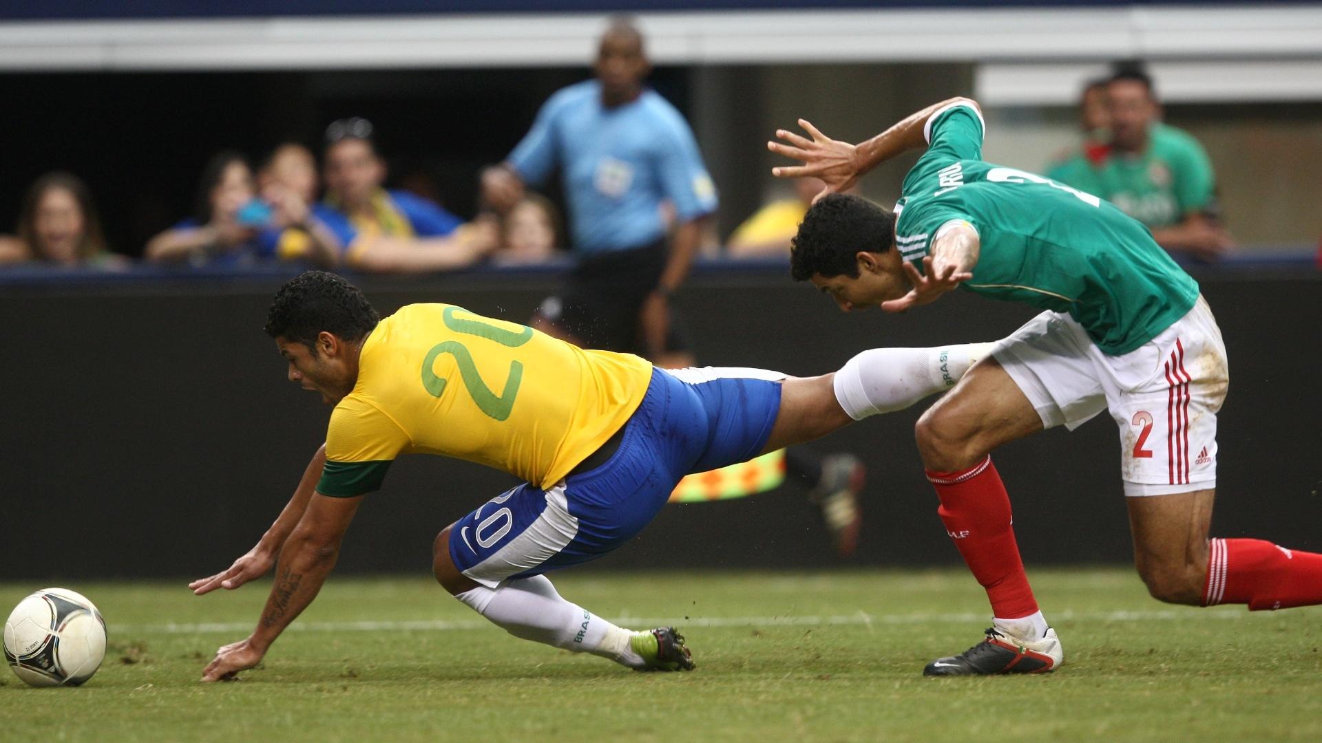 Hulk, que mais uma vez foi titular no ataque da seleção, cai após dividida com jogador do México