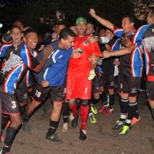 Jaderson, goleiro do Pedreira, é cercado pelos companheiros após título da Copa Kaiser (03/06/12)