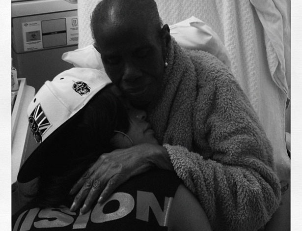 """Rihanna postou no Twitter uma foto com a avó, que está internada devido a complicações de um câncer. """"Vim para Nova York só para este momento"""", escreveu a cantora (3/6/12)"""