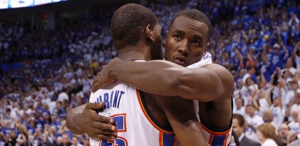 Serge Ibaka e Kevin Durant comandaram a vitória do Thunder sobre os Spurs