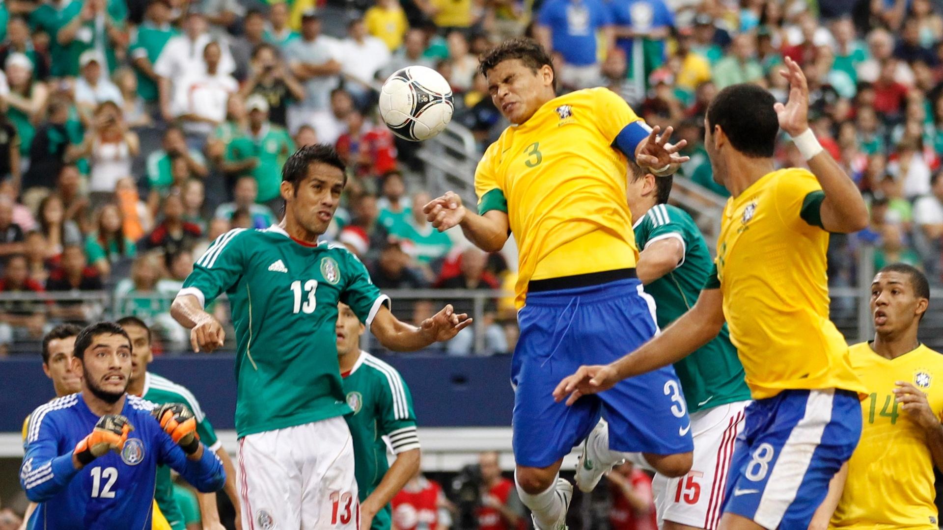 Thiago Silva sobe e tenta a cabeçada durante jogo da seleção brasileira