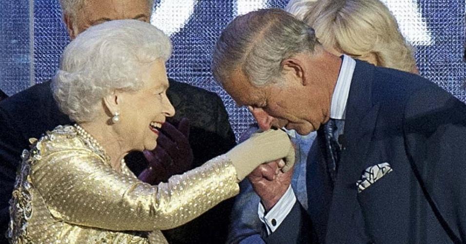 04.jun.2012 - 04.jun.2012 - Príncipe Charles beija a mão de sua mãe, a rainha Elizabeth 2ª, no final do show em comemoração ao Jubileu de Diamante da rainha em frente ao Palácio de Buckingham, em Londres, nesta segunda-feira (4)