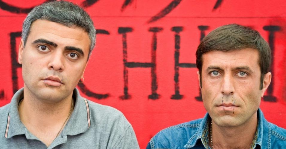 04.jun.2012 - Os iranianos Arash Dosthossein (à esquerda) e Hassanzadeh Kalali (à direita) costuraram suas bocas para protestar contra a possível extradição da Alemanha nesta segunda-feira (4), em Wuerzburg, no sudoeste do país. Os dois pedem asilo político e também começaram uma greve de fome