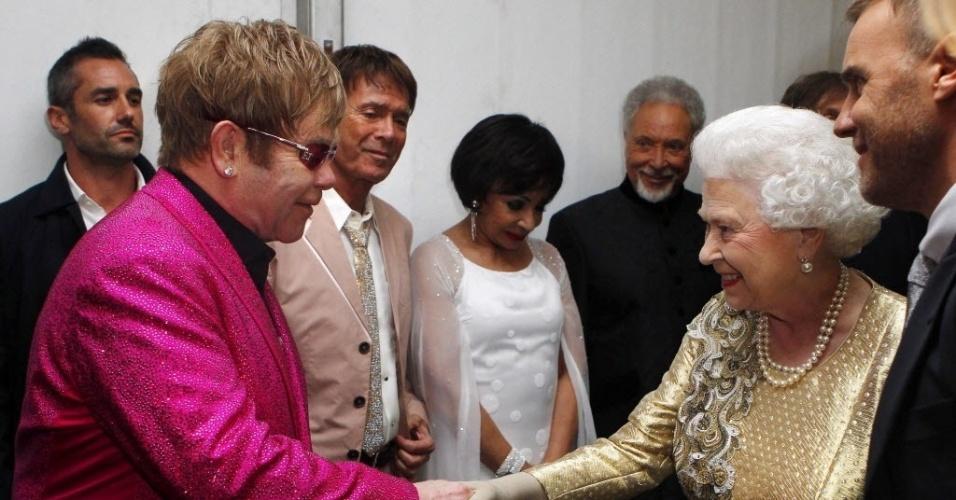 04.jun.2012 - A rainha Elizabeth 2ª cumprimenta o músico Elton John nos bastidores do show que comemorou seu Jubileu de Diamante em frente ao Palácio de Buckingham, em Londres, nesta segunda-feira (4)