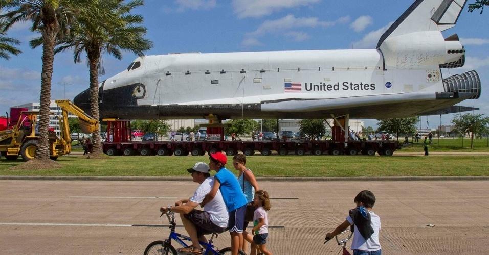 04.jun.2012 - Crianças observam réplica do ônibus espacial Enterprise que será transportada em uma balsa até o museu Interprid, em Nova York. Ele ficará em exposição permanente no local, que era um porta-aviões da Marinha e foi transformado em museu flutuante