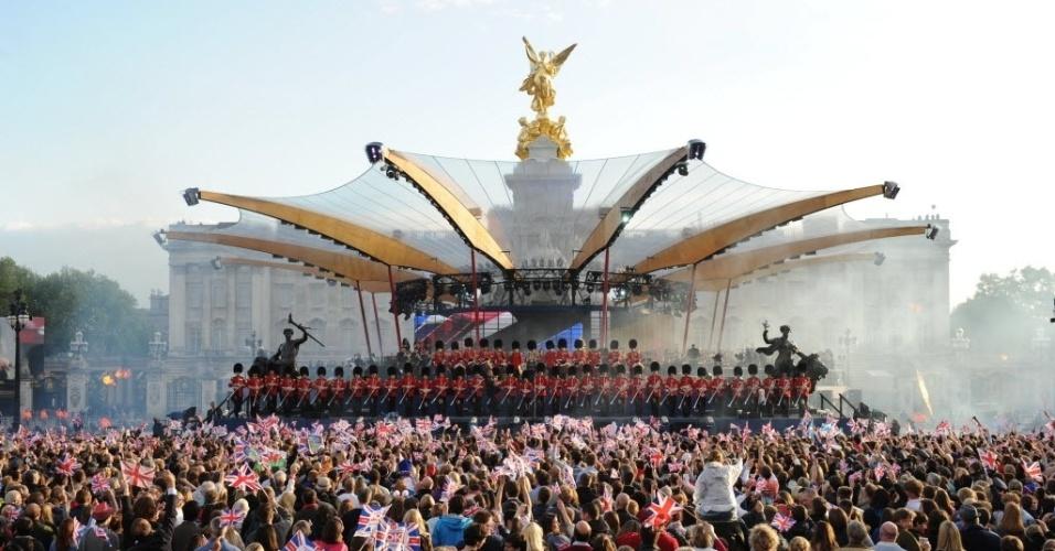 04.jun.2012 - Guardas reais se posicionam no palco para início de concerto durante o Jubileu de Diamante da rainha Elizabeth 2ª em frente ao Palácio de Buckingham, em Londres, nesta segunda-feira (4)